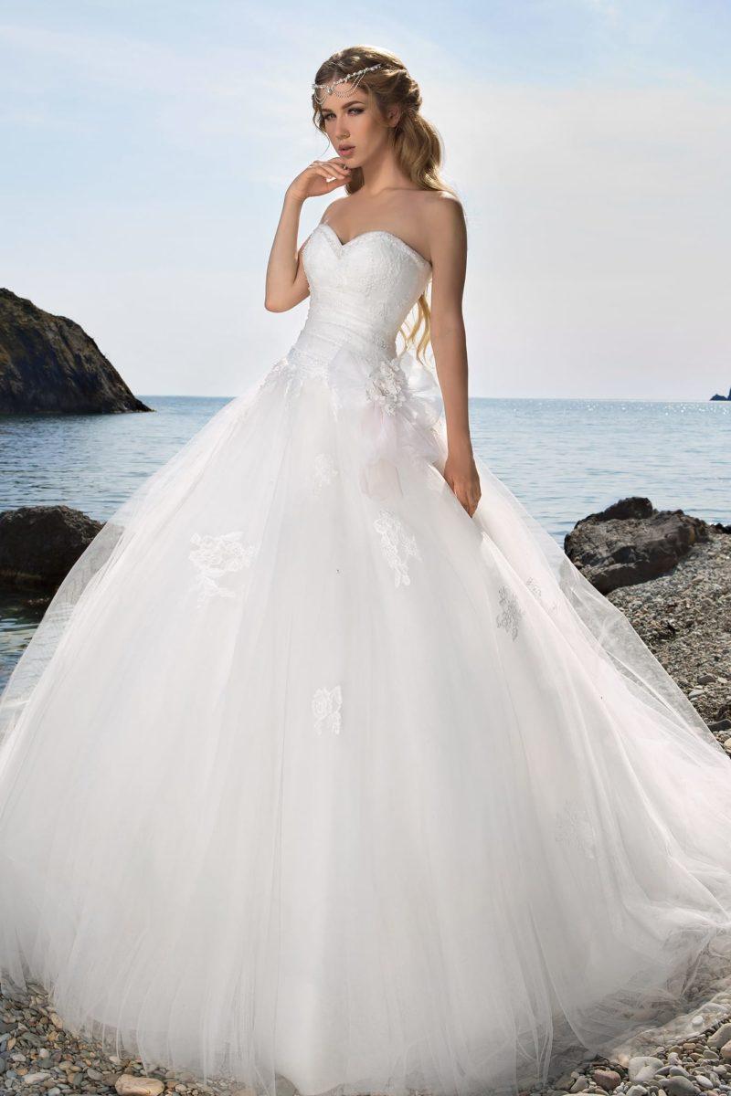 Открытое свадебное платье с роскошной многослойной юбкой и лифом в форме сердца.