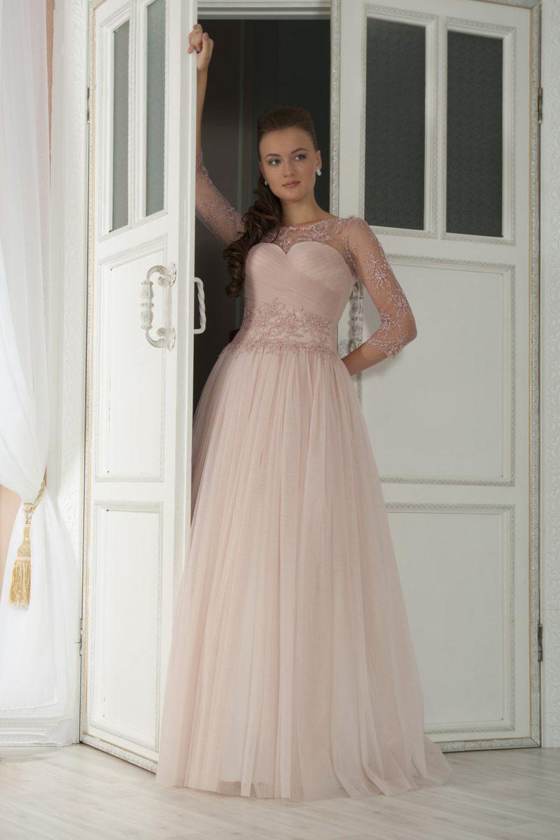 Пышное свадебное платье кремового цвета с прозрачными длинными рукавами с вышивкой.