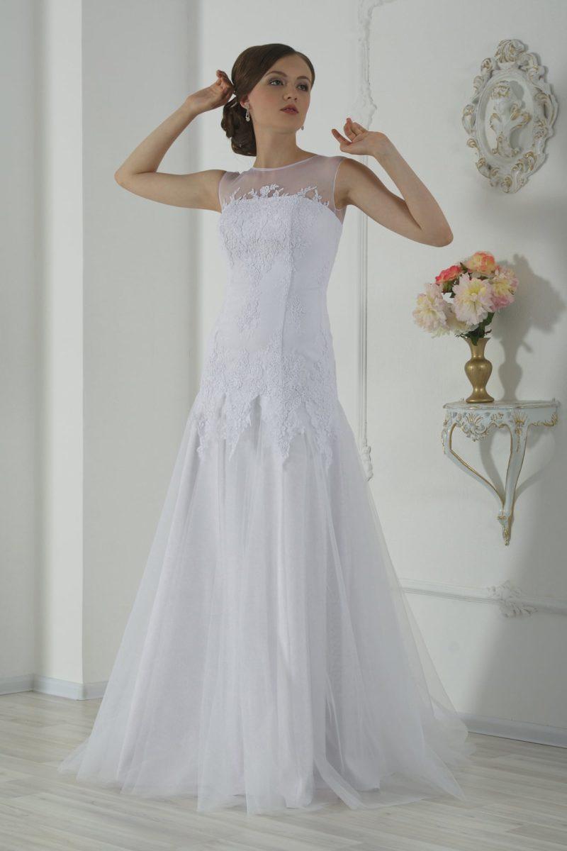 Прямое свадебное платье с кружевной отделкой корсета и небольшим вырезом сзади.