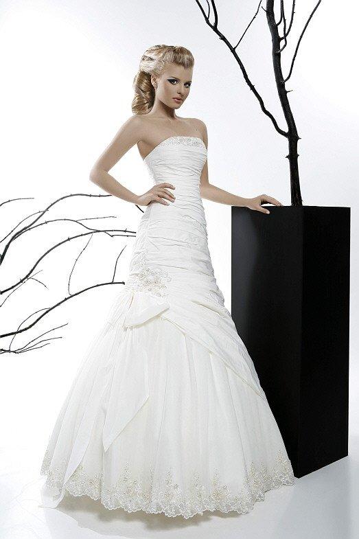 Необычное свадебное платье «принцесса» из плотной ткани с драпировками.
