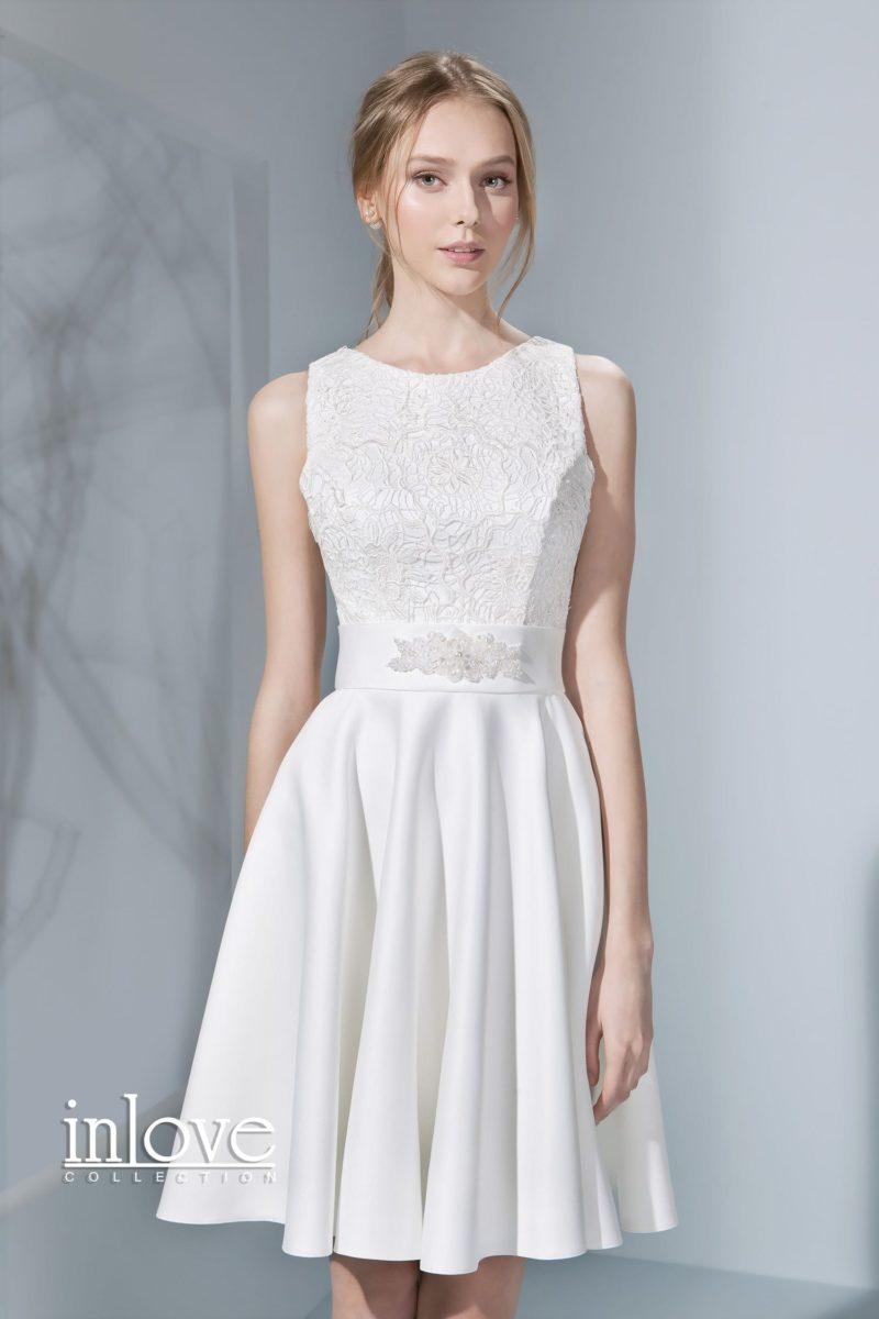 Атласное свадебное платье до середины бедра с закрытым фактурным лифом.