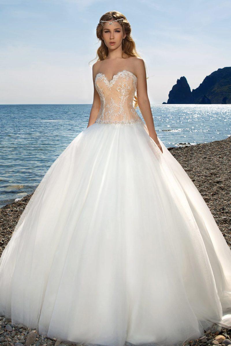 Необычное свадебное платье с пышным подолом и открытым корсетом персикового цвета.