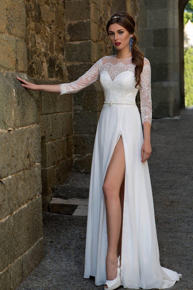 Прямое свадебное платье с соблазнительным разрезом и кружевными рукавами в три четверти.