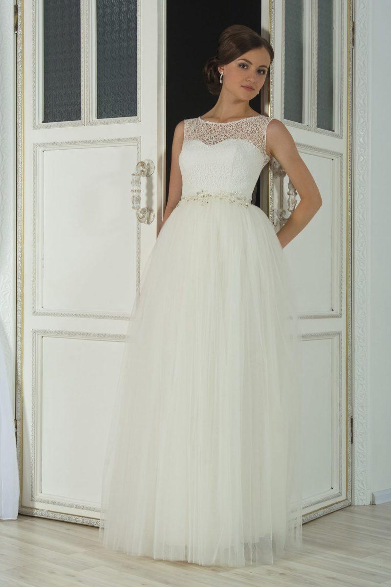 Пышное свадебное платье с фигурным поясом и романтичным кружевным верхом.