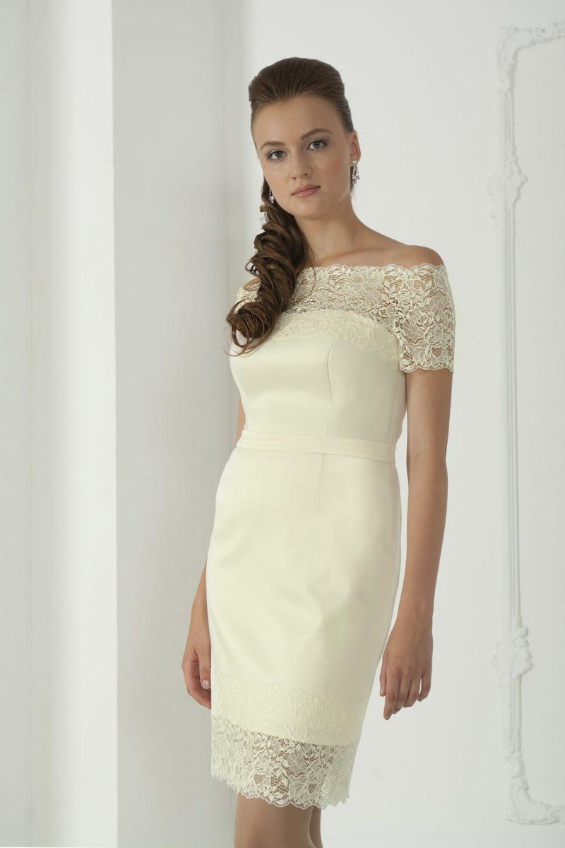 Атласное свадебное платье-футляр длиной до колена со стильным портретным декольте.