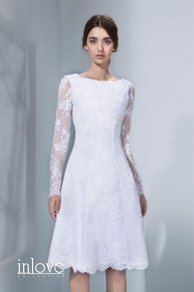 Короткое свадебное платье с длинным рукавом из кружева и вырезом «бато».