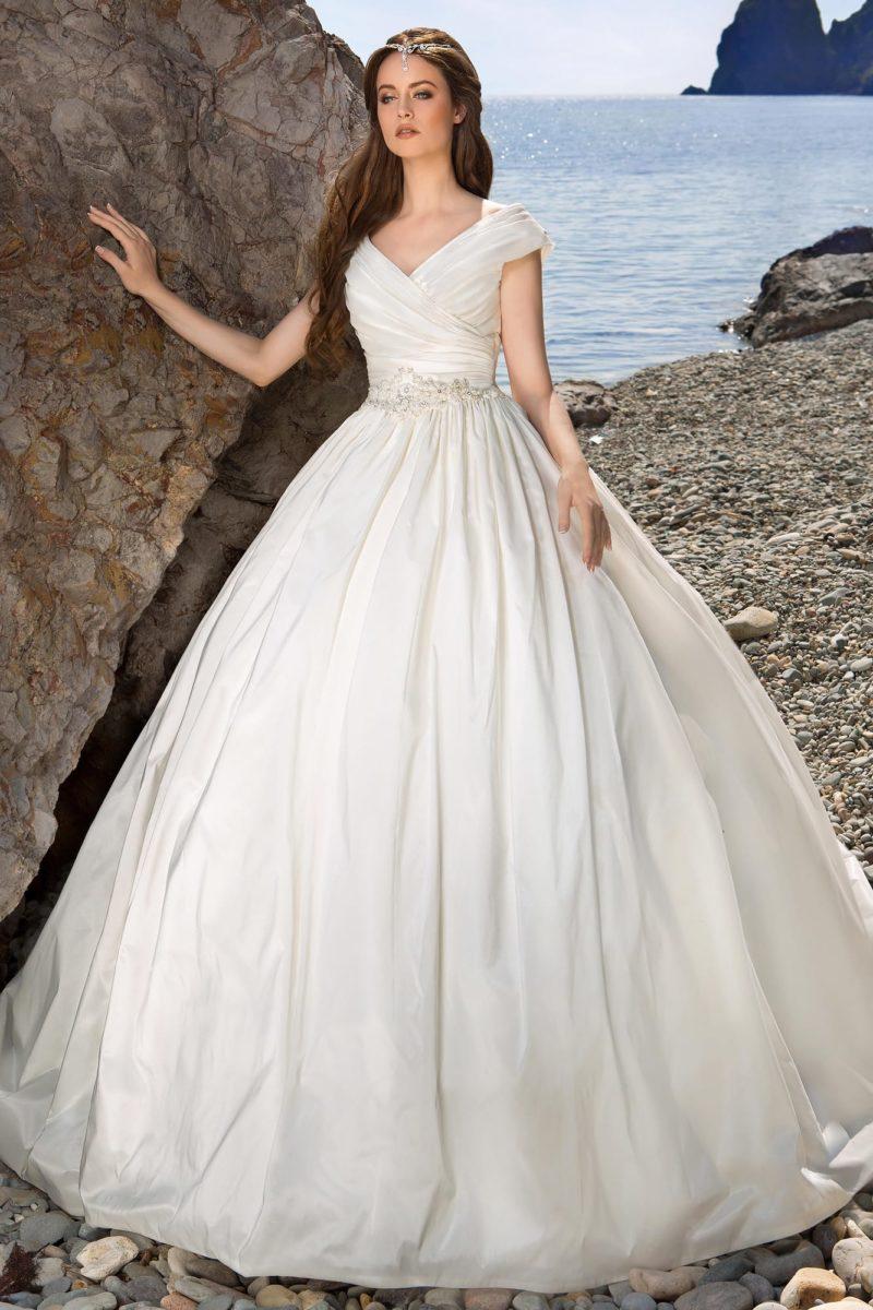 Фактурное свадебное платье с вертикальными складками по подолу и изящным V-образным вырезом.