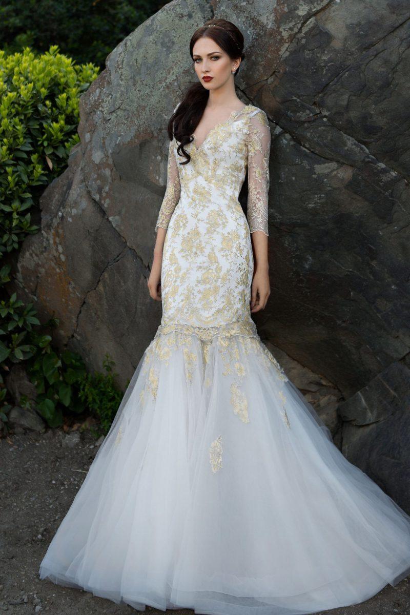 Свадебное платье «русалка» с V-образным декольте и отделкой золотистой кружевной тканью.