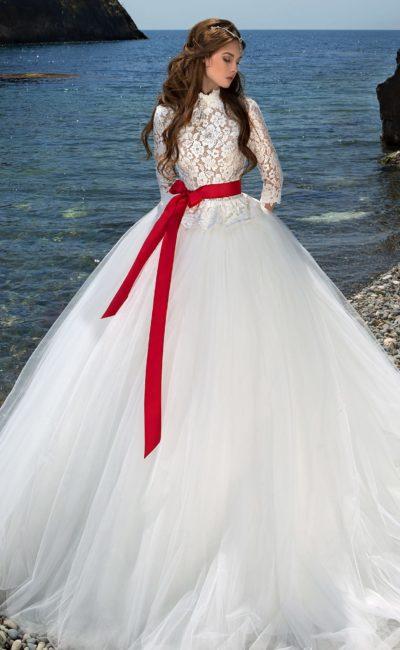 свадебное платье с высоким кружевным воротником
