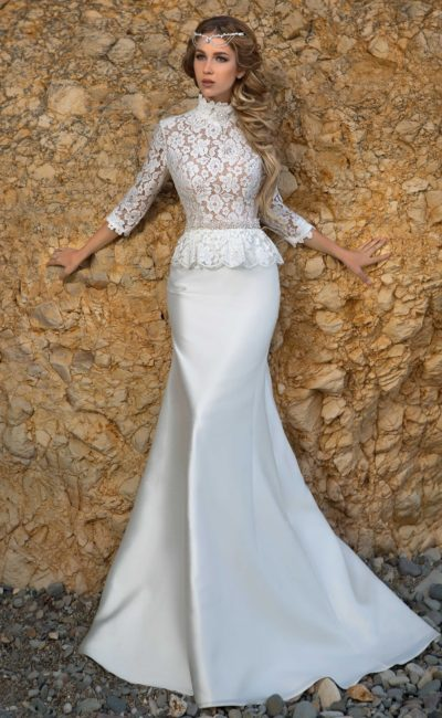 Свадебное платье с атласной юбкой «рыбка» и кружевным закрытым верхом с баской на талии.