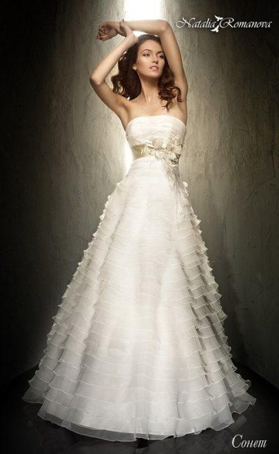 Свадебное платье «принцесса» с прямым вырезом и кокетливой отделкой оборками.