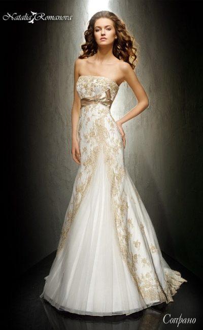 Свадебное платье «принцесса» с отделкой цветным кружевом и выразительным атласным поясом.