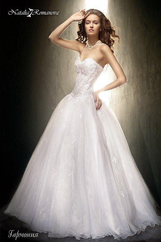 Свадебное платье с фактурным открытым корсетом и многослойной юбкой А-кроя.