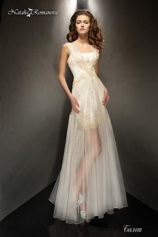 Прямое свадебное платье с полупрозрачной юбкой и тонкими широкими бретелями.