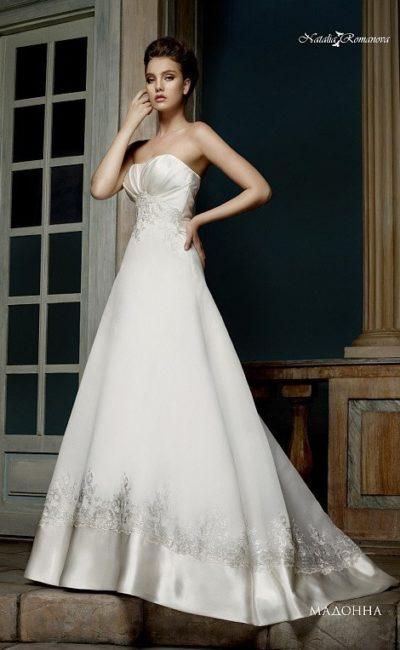 Лаконичное свадебное платье «трапеция» с атласным лифом и небольшим шлейфом сзади.