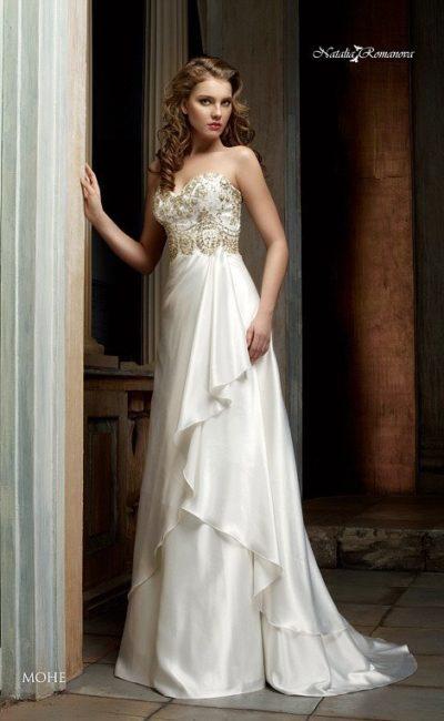 Открытое свадебное платье с золотистой вышивкой на корсете и укороченным спереди подолом.
