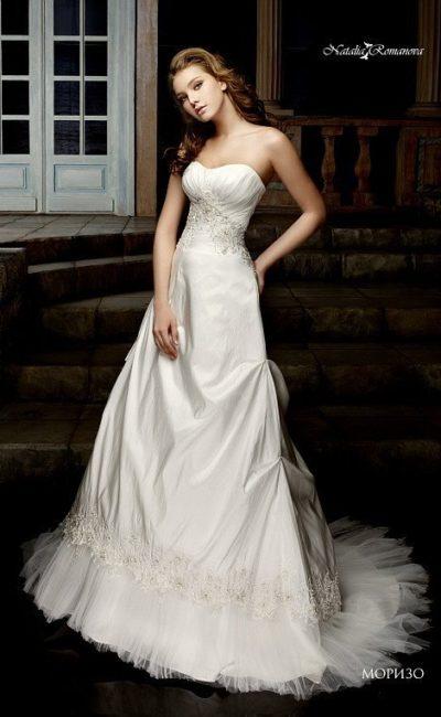 Потрясающее свадебное платье «принцесса» с пышным шлейфом и женственным декольте.