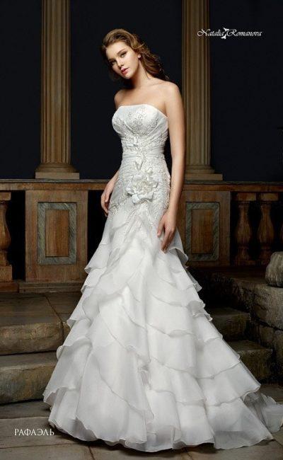 Облегающее свадебное платье с вышитым корсетом и юбкой «русалка» с оборками.