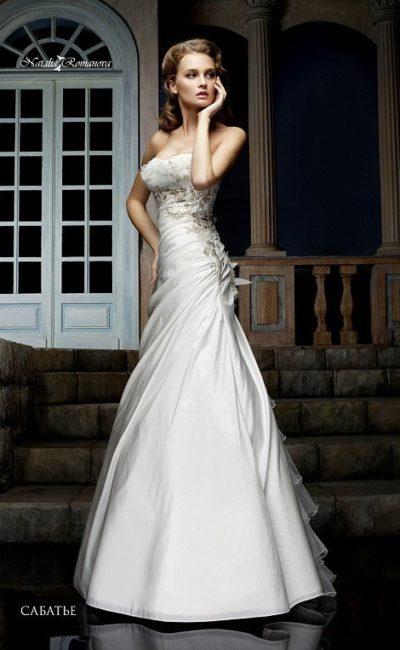 Безупречное свадебное платье «принцесса» с открытым лифом и оригинальным декором шлейфа.