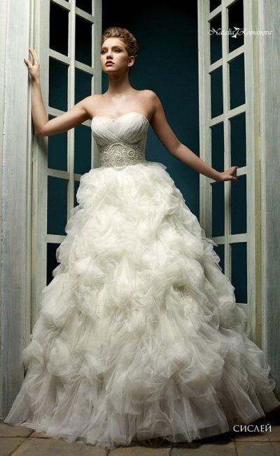 Роскошное свадебное платье с широкой полосой вышивки на талии и воздушной пышной юбкой.