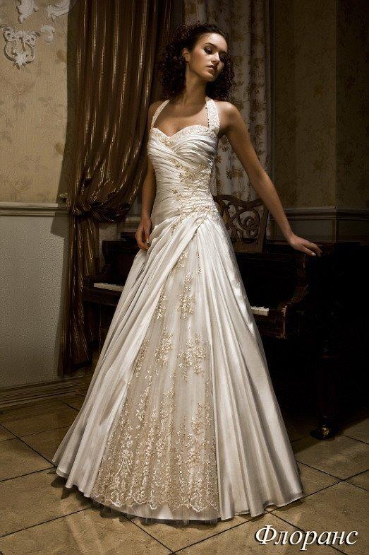 Атласное свадебное платье «принцесса» с кружевной вставкой на юбке и открытым лифом с широкими бретелями.