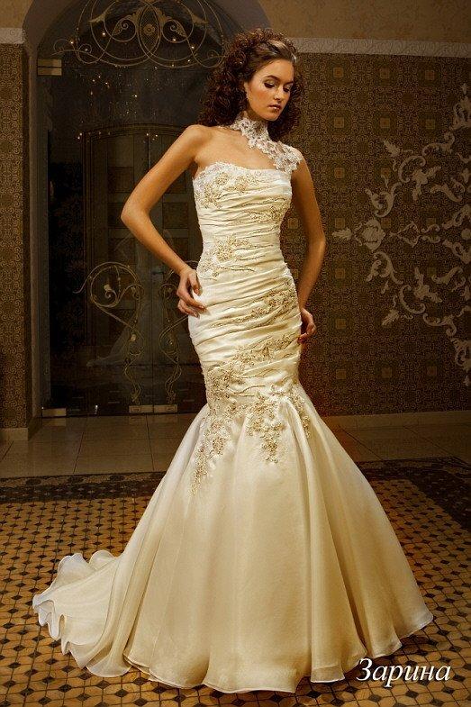 Свадебное платье «рыбка» золотистого оттенка, украшенное кружевом и драпировками по всей длине.