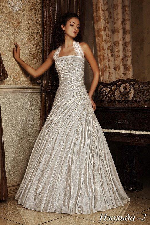 Атласное свадебное платье с широкими бретелями и открытым декольте прямого кроя.