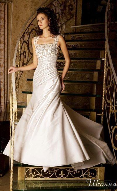 Свадебное платье «рыбка» с потрясающим шлейфом и сияющей вышивкой на открытом лифе.