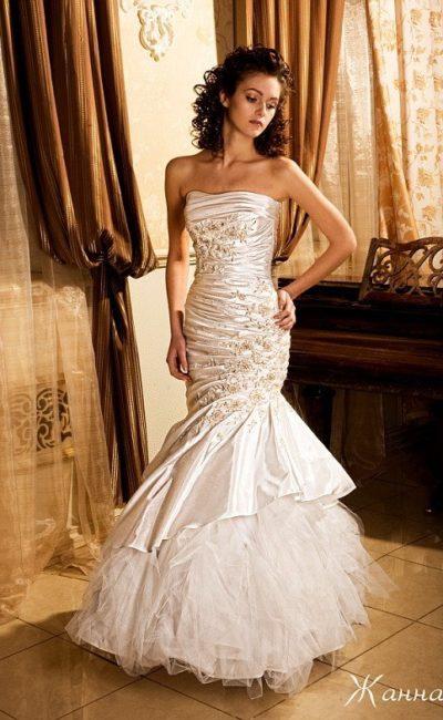 Эксцентричное свадебное платье «рыбка» из атласной ткани с вышивкой и драпировками.