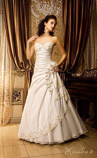 Свадебное платье А-кроя с притягательным вырезом декольте и отделкой в золотистых тонах.
