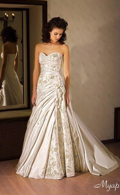 Свадебное платье «принцесса» из атласной ткани, украшенное цветочной вышивкой.