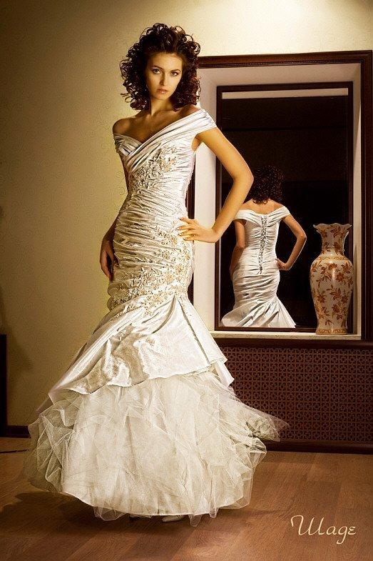 Облегающее свадебное платье «русалка» с V-образным вырезом и романтичной вышивкой.