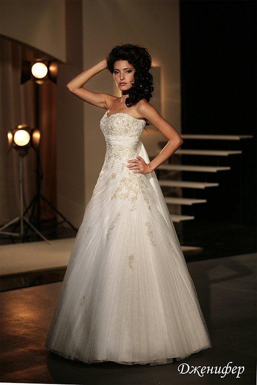 Женственное свадебное платье «принцесса» с бисерной вышивкой и атласным поясом под лифом.