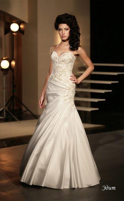 Открытое свадебное платье «рыбка» из роскошной атласной ткани с вышивкой на корсете.