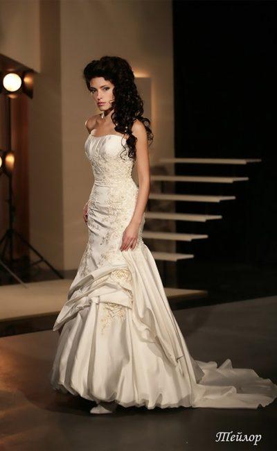 Открытое свадебное платье «рыбка» с длинным шлейфом и кружевными аппликациями.