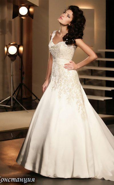 Открытое свадебное платье с бисерной вышивкой и роскошным длинным шлейфом.