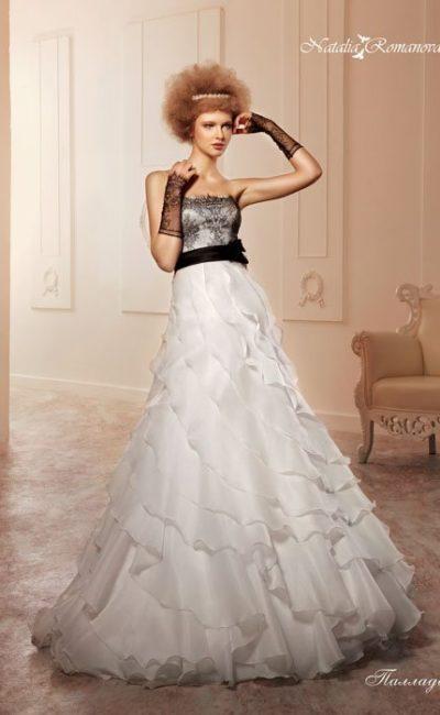 Свадебное платье «принцесса» с открытым лифом, покрытым черной кружевной тканью.