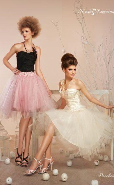 Стильное свадебное платье с черным корсетом и многослойной юбкой розового цвета.