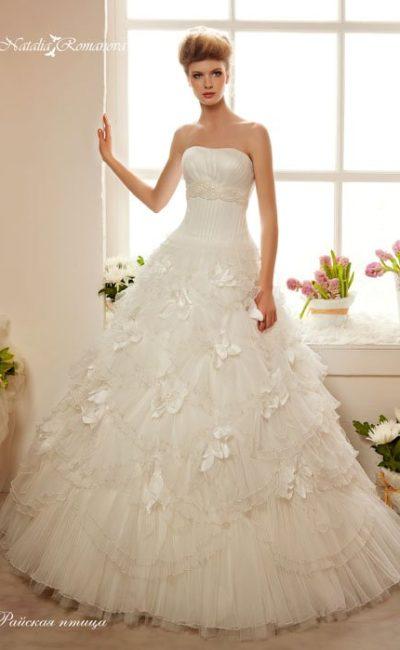 Пышное свадебное платье с вышитым поясом под лифом и оборками на многослойной юбке.