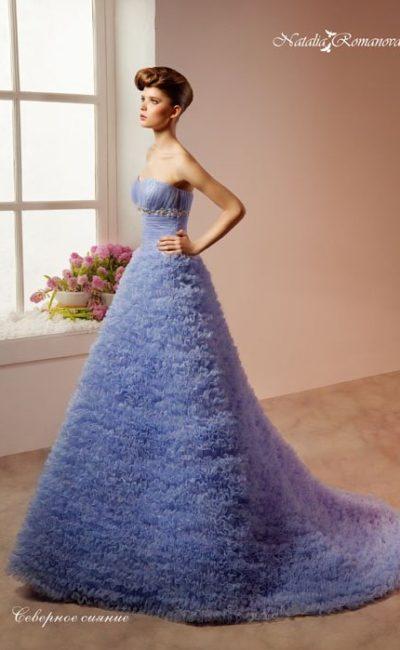 Свадебное платье припыленного голубого цвета, покрытое фактурными оборками по подолу.
