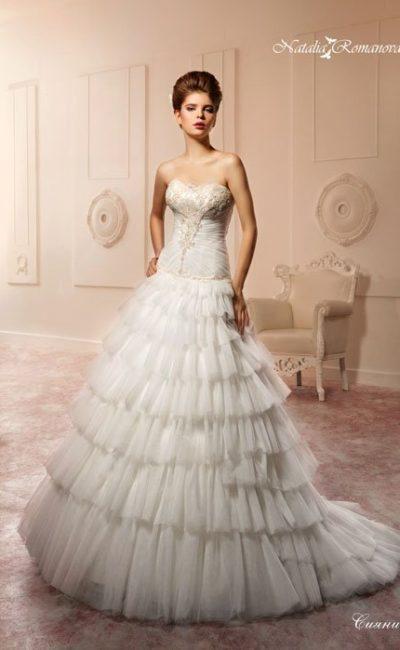 Свадебное платье «принцесса» с многоярусным подолом и кружевной отделкой корсета.