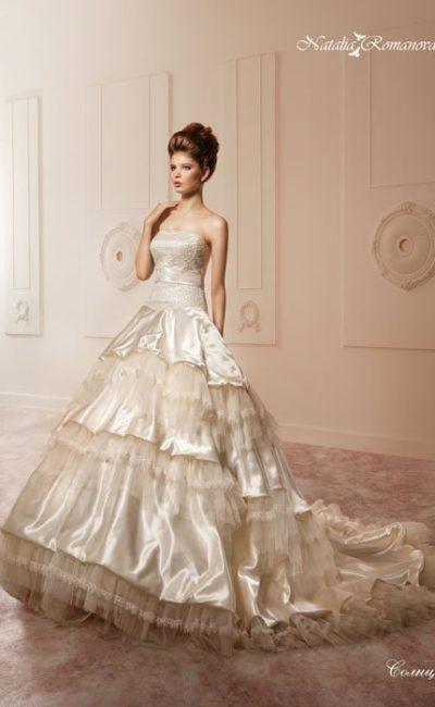 Роскошное свадебное платье с многослойной юбкой с атласными оборками и открытым корсетом.