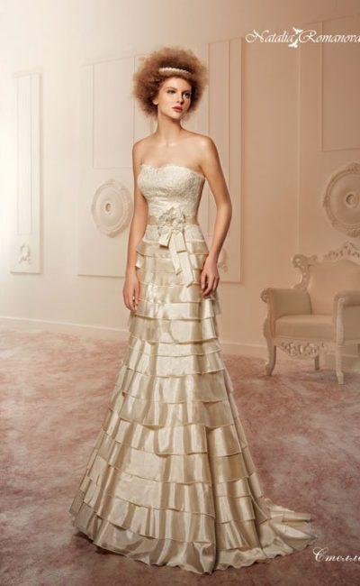 Свадебное платье из золотого атласа с фактурным кружевным корсетом и оборками на юбке.