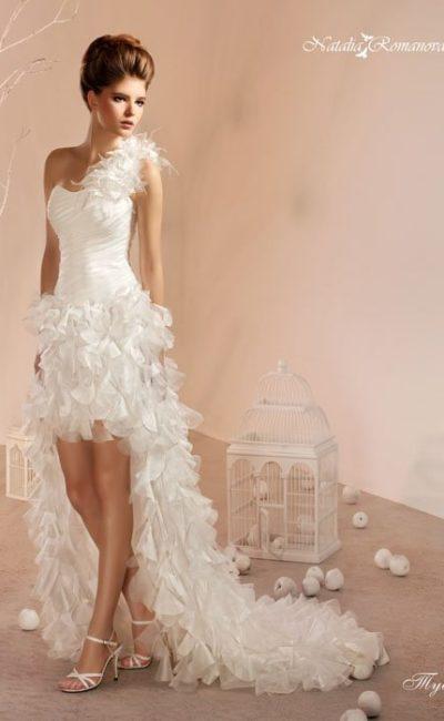 Оригинальное свадебное платье с пышной юбкой, укороченной спереди, и асимметричным лифом.