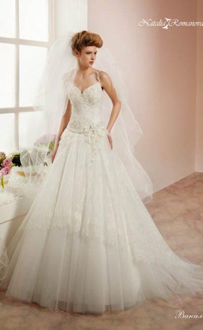 Элегантное свадебное платье «принцесса» с узкими фигурными бретелями и кружевным декором юбки.