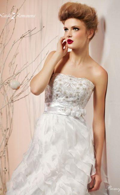 Изысканное свадебное платье с открытым корсетом с фактурным декором и оборками на юбке «трапеция».