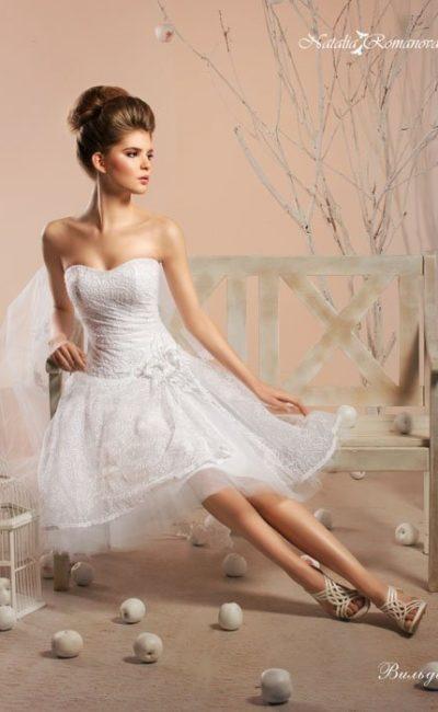 Стильное свадебное платье длиной до середины бедра с элегантным открытым лифом.