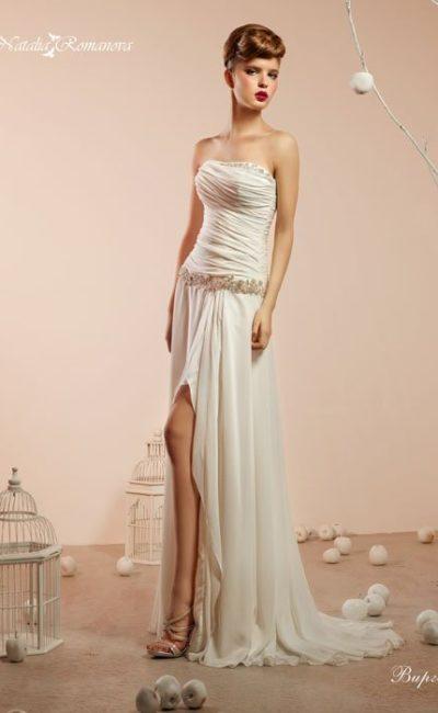 Прямое свадебное платье с фактурными драпировками на корсете и разрезом сбоку на юбке.