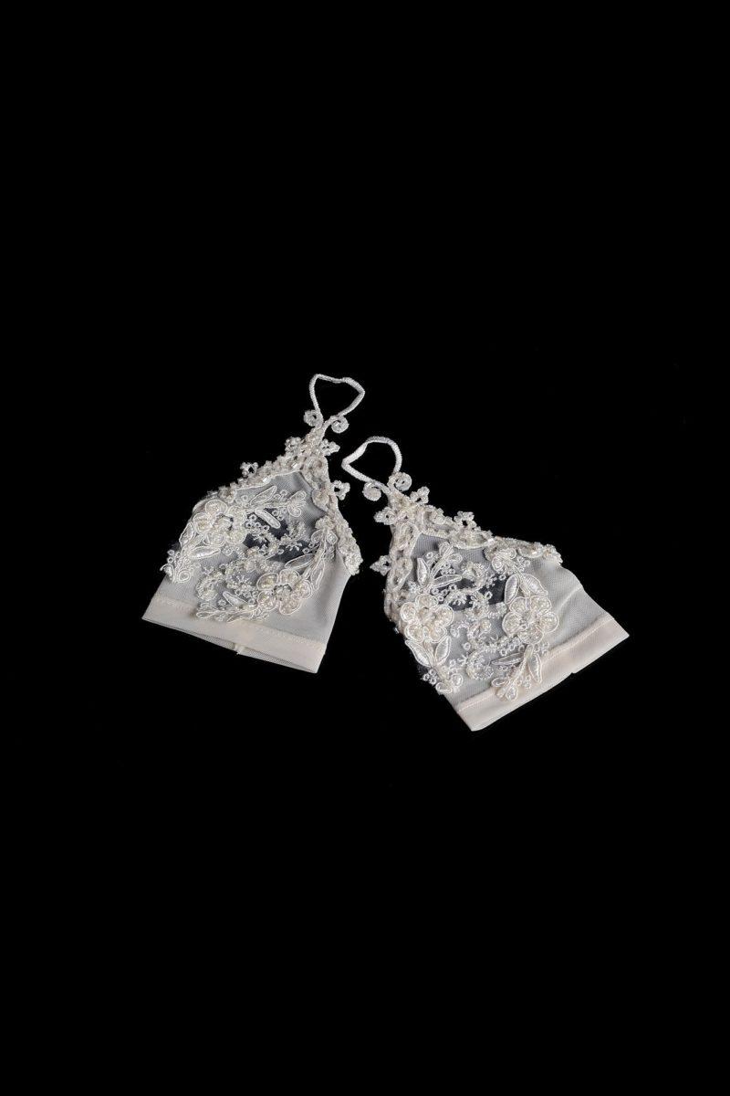 Короткие свадебные перчатки из полупрозрачной ткани, украшенные бисером.