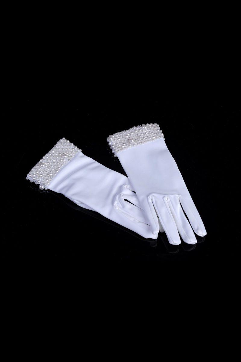 Элегантные свадебные перчатки из атласа, расшитые бусинами на запястьях.